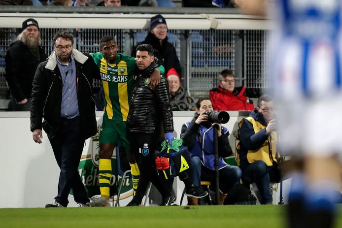 Dion Malone moet worden ondersteund, nadat hij in het uitduel met SC Heerenveen een blessure heeft opgelopen. Hij verliet het Abe Lenstra Standion op krukken.