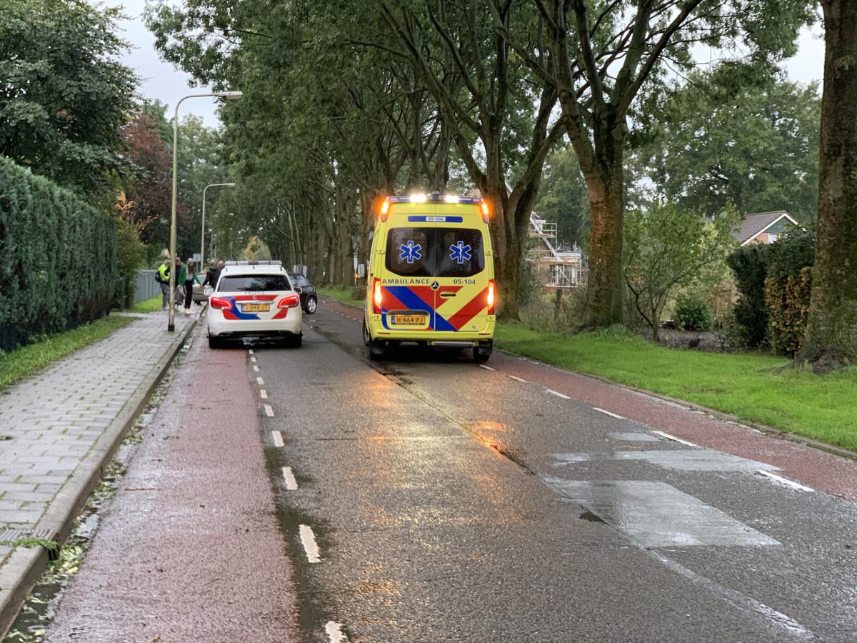 De gewonde fietser is overgebracht naar het ziekenhuis.