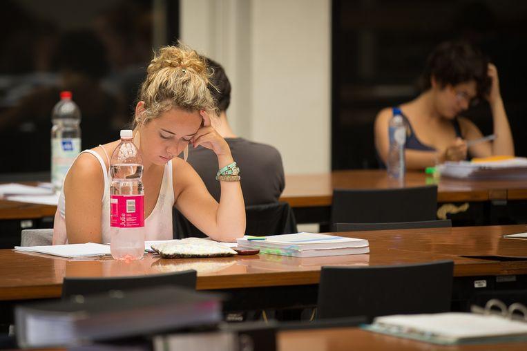 In Gent zijn minstens acht studenten van de tweede bachelor industrieel ingenieur bestolen terwijl ze een examen aan het afleggen waren (illustratiebeeld).