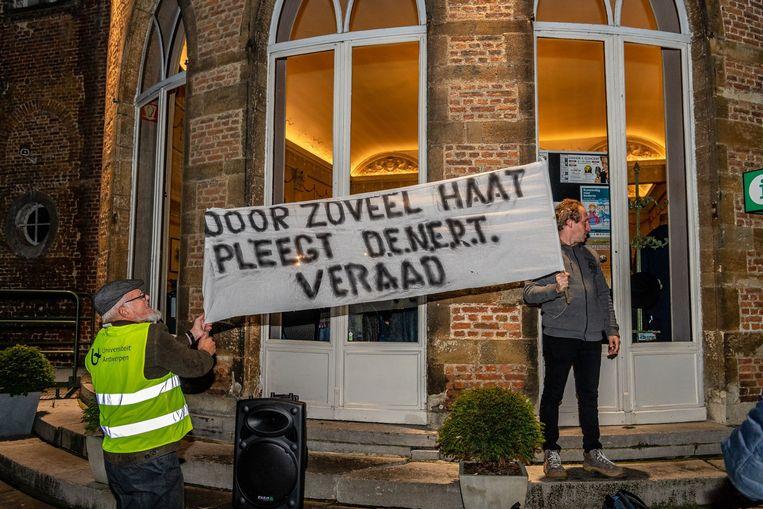 Sympathisanten van SVK ontrolden buiten een spandoek.