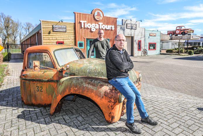 """Paul Backer (voorgrond) en Martin Winkel, De twee eigenaren van Tioga Tours voor hun Zwolse bureau. ,,Er heerst bij de medewerkers een enorm saamhorigheidsgevoel, een mentaliteit van: dit gaan we redden."""""""