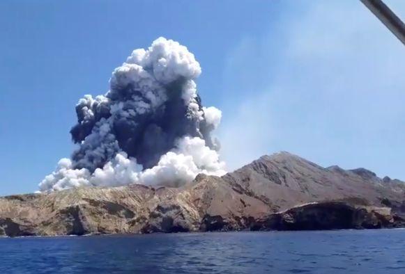 Op het Nieuw-Zeelandse eiland waar eerder vandaag een vulkaan uitbarstte, zijn geen mensen - dood of levend - meer aangetroffen. Dat meldt de Nieuw-Zeelandse politie na het uitvoeren van meerdere verkenningsvluchten.