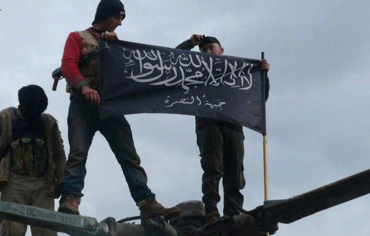 Leden van Al-Nusra laten de vlag van hun brigade zien Beeld ap