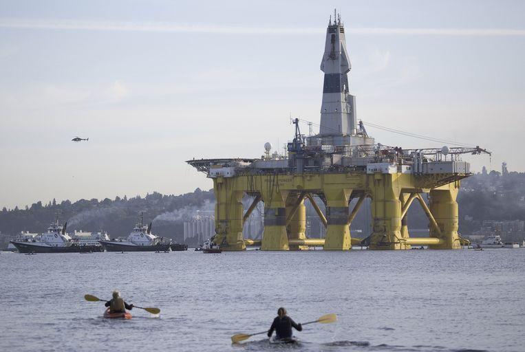 Een Shell-boorplatform vertrekt vanaf de Amerikaanse kust. Beeld ap