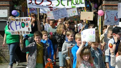 Kinderen op straat voor nieuwe school
