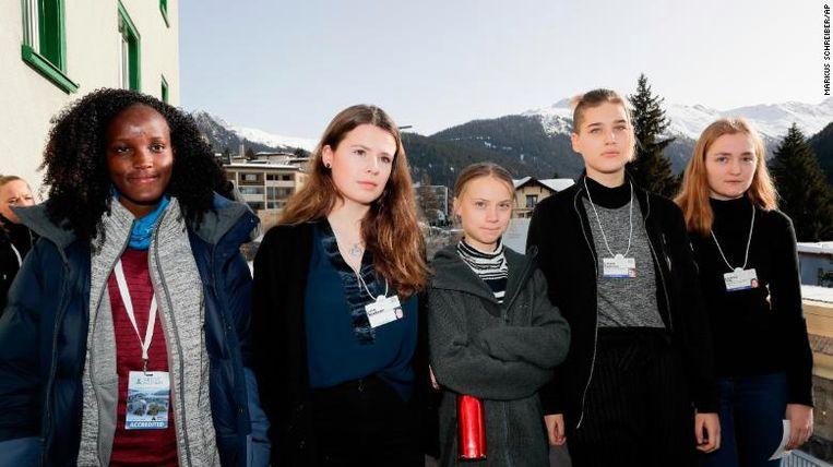 De bewuste foto waaruit Vanessa Nakate (links) werd geknipt.
