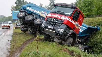 Vrachtwagen belandt in de gracht