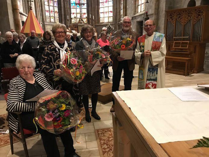 Leden van het Basiliekkoor in Oldenzaal werden tijdens de mis van zondag onderscheiden.