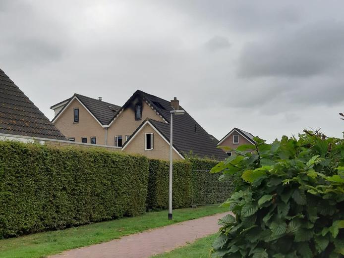 De sporen van de brand op de zolder van de woning in Nieuwleusen zijn duidelijk zichtbaar.