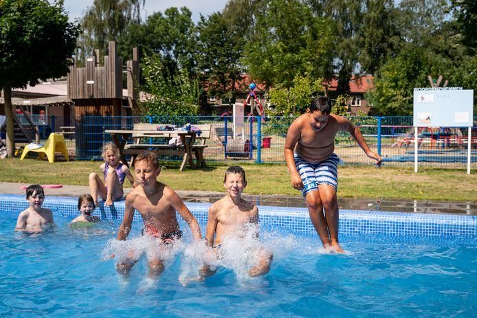 Kinderen zoeken verkoeling in het zwembad van Speeltuin Tuindorp in Wageningen.