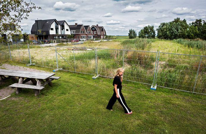 Op het braakliggend terrein aan de Knotwilgenlaan in Kamerik is de nieuwbouw van een seniorencomplex gepland.
