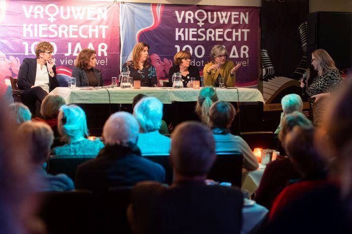 Er wordt flink gediscussieerd tijdens de avond over vrouwen in de politiek die gekoppeld was aan honderd jaar vrouwenkiesrecht.