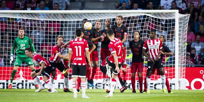 Gastón Pereiro krult uit een vrije trap op fraaie wijze de 1-0 binnen voor PSV.