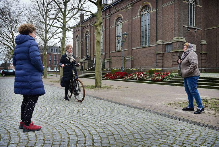 De inwoners van het Noord-Brabantse Erp hebben op de trappen van de Sint-Servatiuskerk meer dan duizend rode rozen gelegd. Zeven inwoners van Erp overleden aan het coronavirus. Beeld Marcel van den Bergh