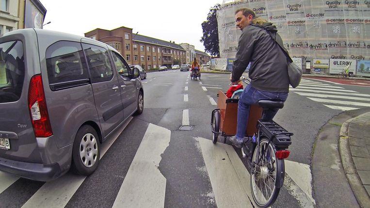 Een fietser wordt bijna de pas afgesneden vlakbij de scholen.