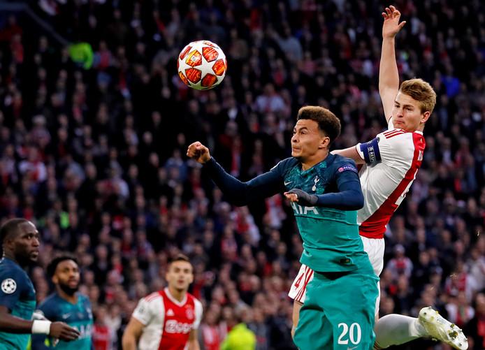 Matthijhs de Ligt torent boven Dele Ali uit en scoort in de halve finale tegen Spurs.