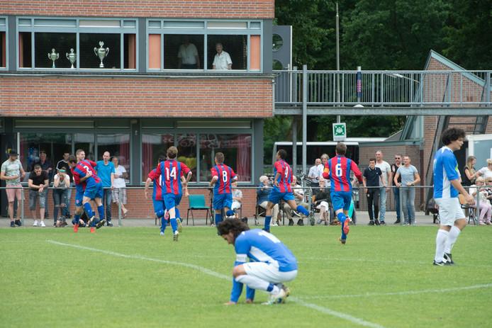 Spelers van Hatert (gestreept tenue) vieren de treffer van Justin van Hest (geheel links) in de nacompetitie tegen Doetinchem vorig seizoen.