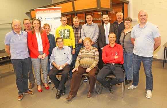 Het huidige bestuur van de Dokter Tistaertvrienden met voormalig wielerkampioen Willy Teirlinck (links).