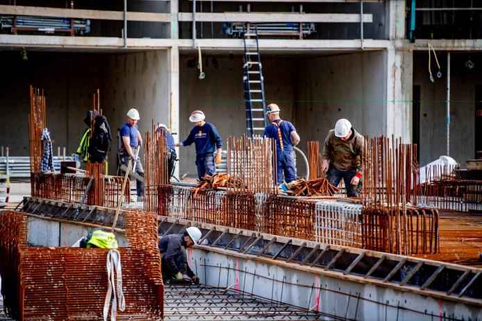 Bouwlieden aan het werk in een nieuwbouwproject te Rotterdam Zuid. Vaklieden zijn in de huidige markt schaars