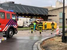 Aanrijding tussen twee bezorgbusjes in Tilburg, bestuurder overleden