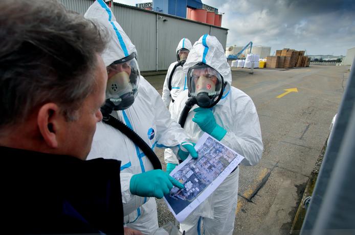 Veldwerkers van de inspectie Leefomgeving en Transport namen monsters op het terrein van Eurogrit.