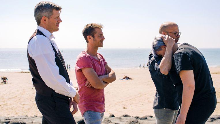 Leraar Jo De Rijck (links) en broer Mathias kijken toe hoe Staf zich ontfermt over een 'slachtoffer'.
