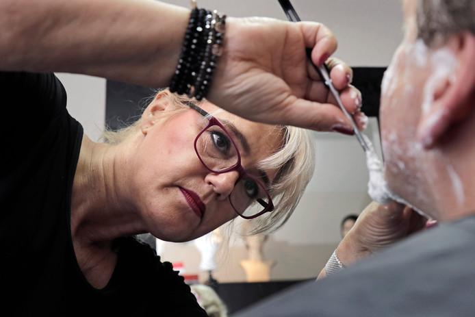 Mariëlle Hennevelt neemt de kaken van de verslaggever onder handen.