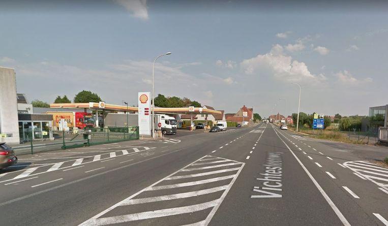 Het 'mobiliteitsprobleem' in de wijk Belgiek, waarbij vrachtwagens vaak temidden de Vichtesteenweg staan aan te schuiven om te kunnen tanken bij tankstation Shell, zou normaal tegen eind dit jaar al sterk verminderd moeten zijn.