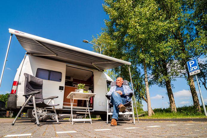 VVD-raadslid Marco Oudshoorn uit Schoonhoven geniet van zijn camper en ziet een camperplaats op het parkeerterrein naast de voormalige Dika-fabriek in zijn woonplaats wel zitten.