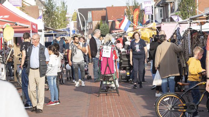 Het is gezellig aan de Nieuwstraat, waar (ook zaterdag nog) voor het eerst een braderie wordt gehouden.