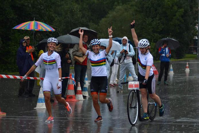 Wenda Zuiddam (midden) pakt twee keer goud op het EK steppen in Oostenrijk, waaronder op de estafette. In twintig minuten tijd rijdt het Nederlandse team de meeste rondes.