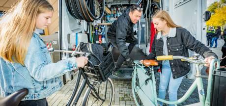 Veilig in het donker naar school? In Vianen repareert de mobiele fietsenmaker gratis je lampjes
