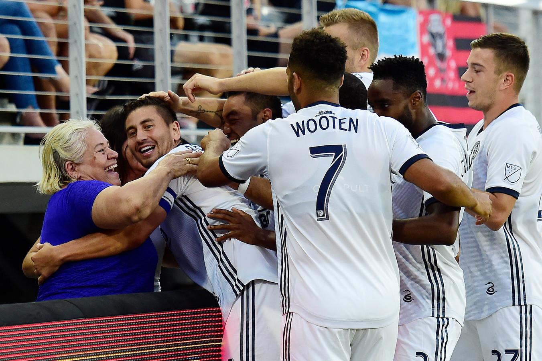 Alejandro Bedoya viert zijn goal met een supporter en zijn teamgenoten.