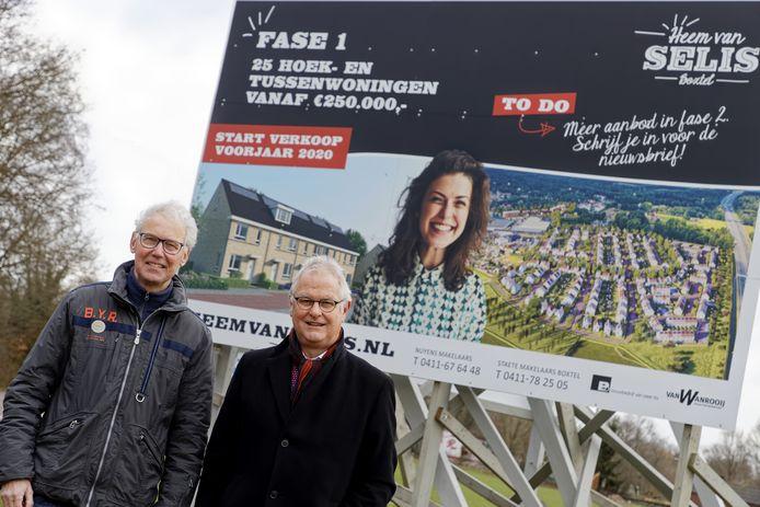 Jac Nouwens (rechts) en Leo de Kort bij het bord dat de bouw van Heem van Selis aankondigt. Een wijk van bijna 500 woningen waarin volgens het tweetal veel te weinig aandacht is voor wonen voor senioren.