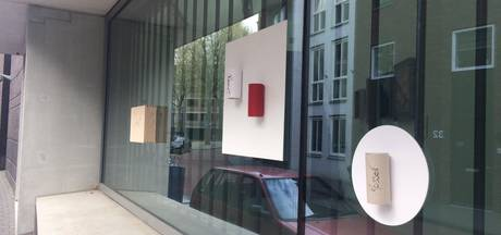 Straatbeeld: WC-rol op buitenkant museum, want kunst