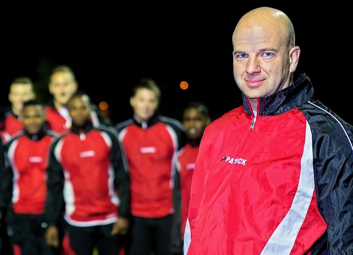 Aries Nieuwkerk op archieffoto uit 2014 bij voetbalvereniging Klundert, met op de achtergrond zijn toenmalige teamgenoten. Foto Johan Wouters