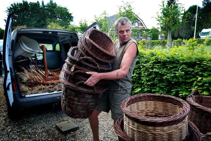Hendrik Ruitenbeek is mandenmaker en had de aanhanger voor zijn werk gekocht.