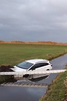 Auto belandt in sloot bij Zijdebrug in Nieuw-Lekkerland