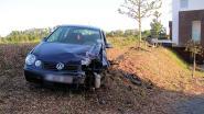 Auto rijdt nét over de grens tegen appelboom en gaat van de baan: vrouw en kind naar ziekenhuis overgebracht
