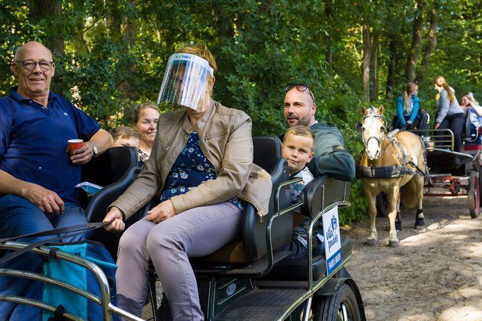 Elke dinsdag rijden menners vanuit Villa Pardoes met gezinnen door de Loonse en Drunense Duinen, Villa Pardoes zoekt nog menners met eigen aanspanning.