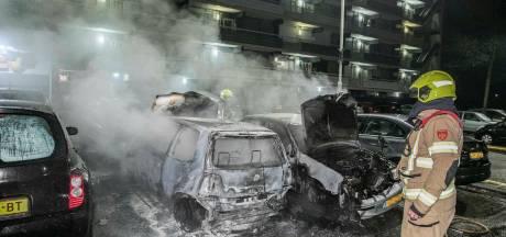 Arnhemse flatbewoners opgeschrikt door autobranden: 'In 22 jaar nooit zoiets meegemaakt'