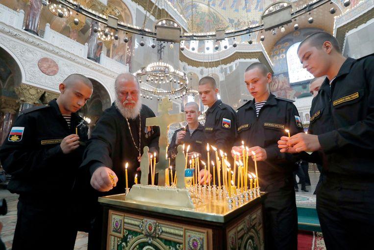 Kaarsen worden aangestoken tijdens een herdenkingsdienst voor de bemanning.