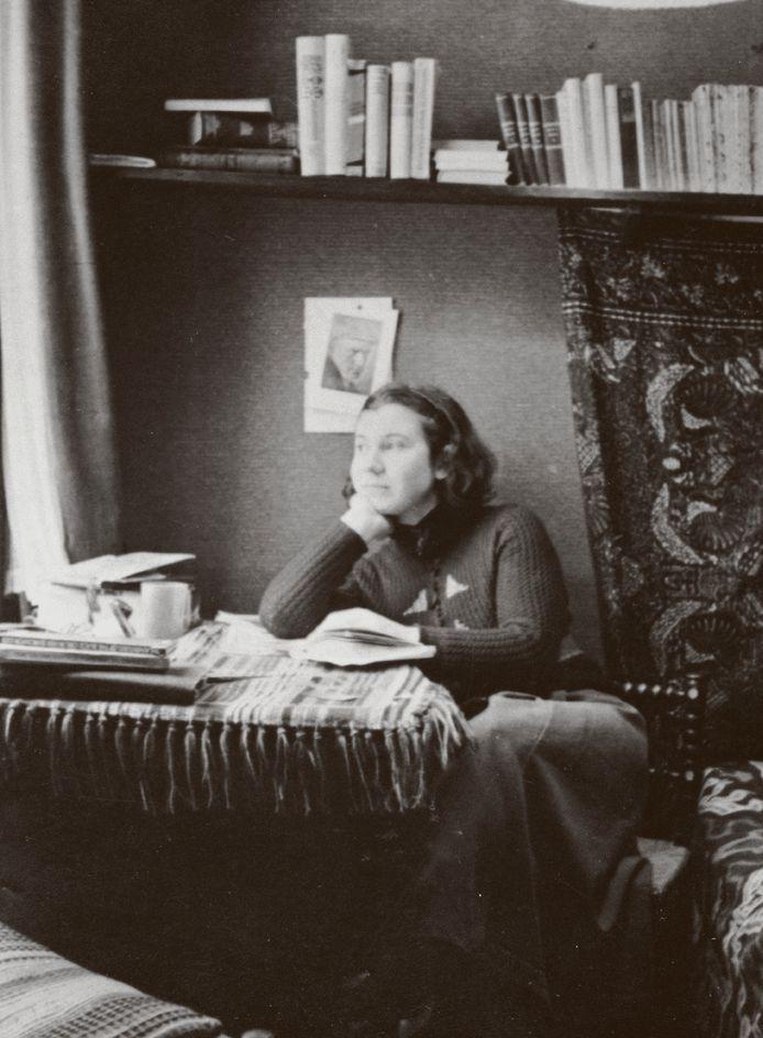 Etty Hillesum in haar kamer.
