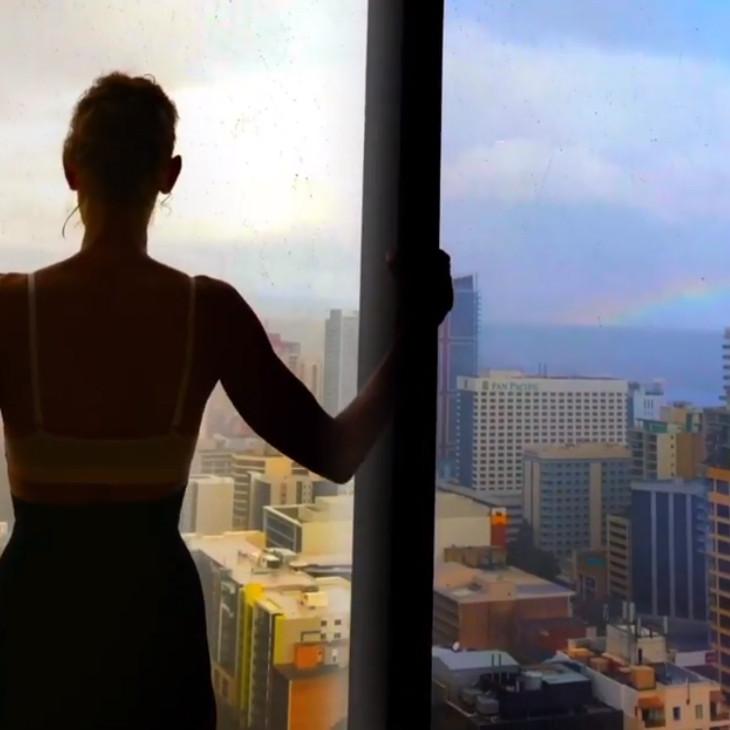 Quand Céline Dion aperçoit un arc-en-ciel...