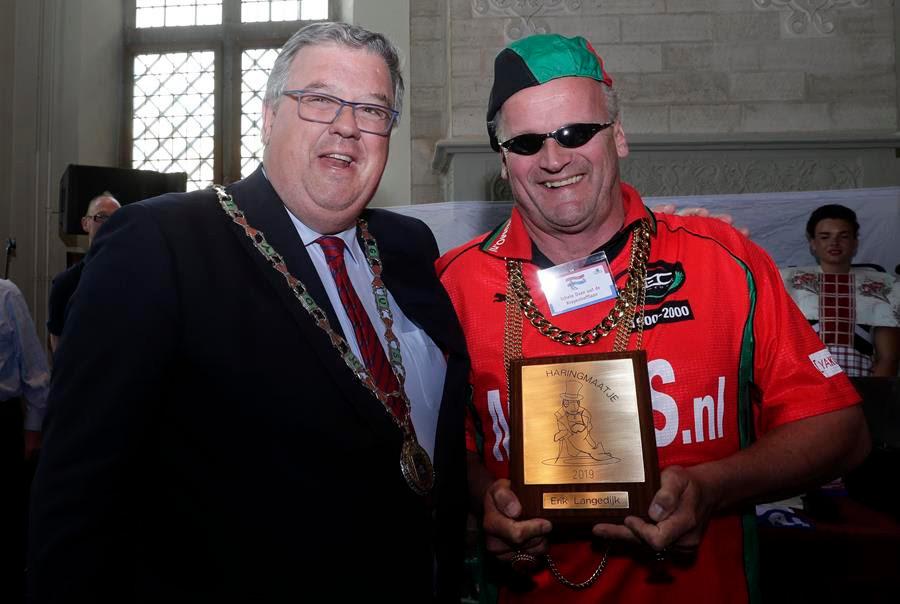 Burgemeester Bruls met Schele Daan uut de Krayenhofflaan.