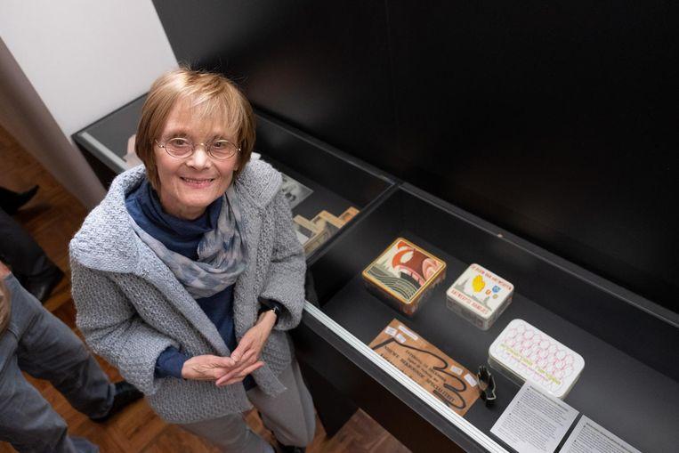 Joyce Bloch-Hakker bij de banketbakkerscollectie van haar grootvader.