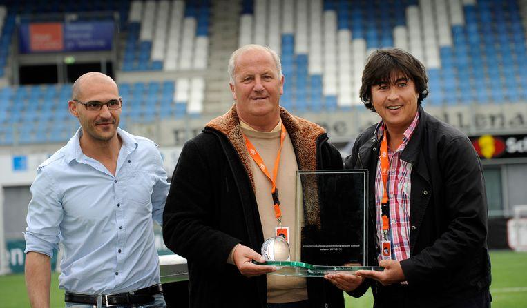 Feyenoord wint in 2012 de de Rinus Michels Award voor de beste jeugdopleiding. Stanley Brard (R) en Maup Martens (M)  ontvangen de trofee van Mohammed Allach (L), technisch manager van de KNVB. Beeld ANP