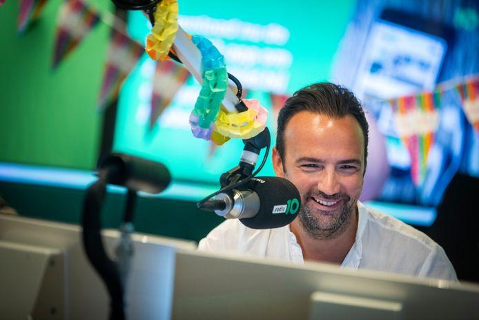 De Radio 10-ochtendshow van Gerard Ekdom is maandag, op de Internationale Dag van Gebarentalen, ook te volgen voor doven en slechthorenden.