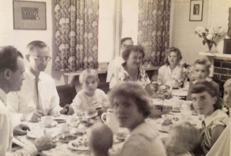 Mijn vader (links) in het grote gezin van zijn zus en haar man Herman in Toongabbie (Sydney), 1961. Beeld Wim Boevink