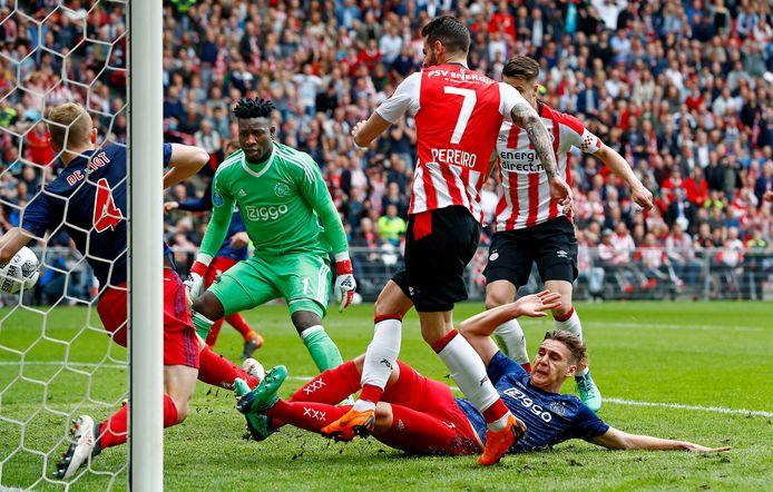 Gaston Pereiro zet PSV op 1-0 in de kampioenswedstrijd tegen Ajax van vorig jaar.